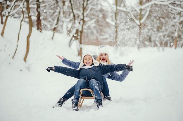 Madre con hijo lindo en un invierno oark