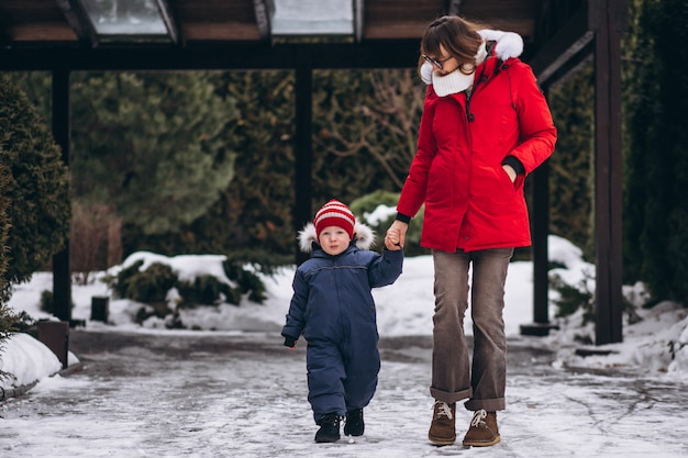 Madre con hijo pequeño afuera en invierno