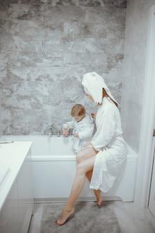 Madre con hijo pequeño en un baño.