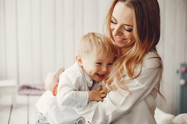 Madre con hijo pequeño en una habitación.