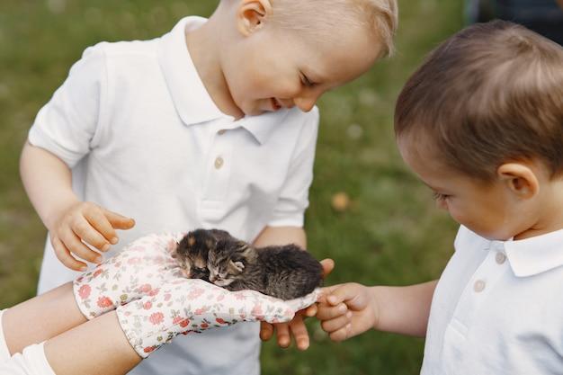 Madre con hijo pequeño jugando en un patio de verano