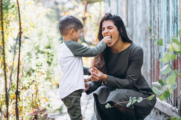 Madre con hijo pequeño en un parque de otoño