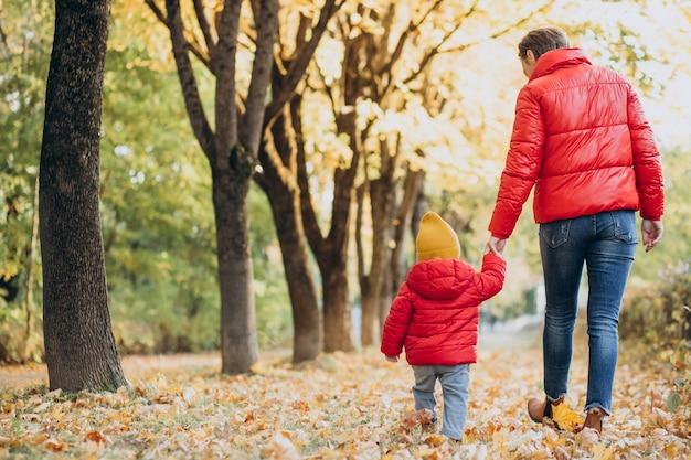 Madre con hijo pequeño en el parque otoño
