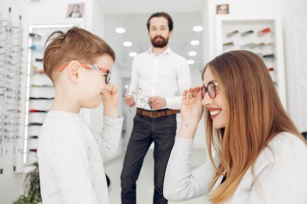 Madre con hijo pequeño en la tienda de gafas