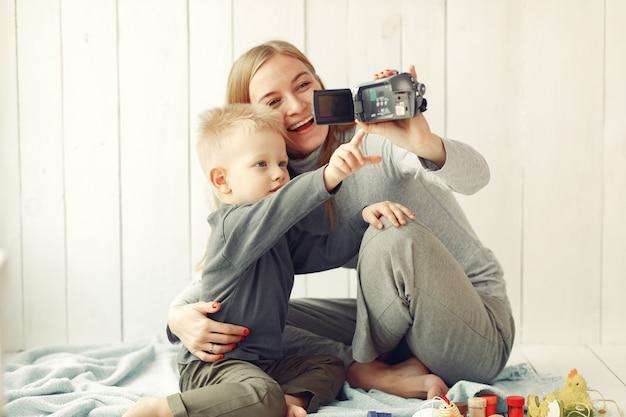 Madre con hijo preparándose para pascua en casa
