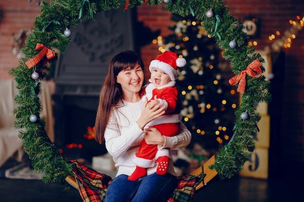 Madre con hijo sentado en casa