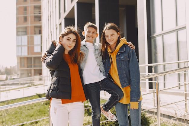 Madre con hijos en una ciudad primaveral
