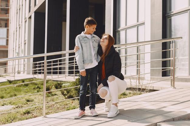 Madre con hijos en una ciudad