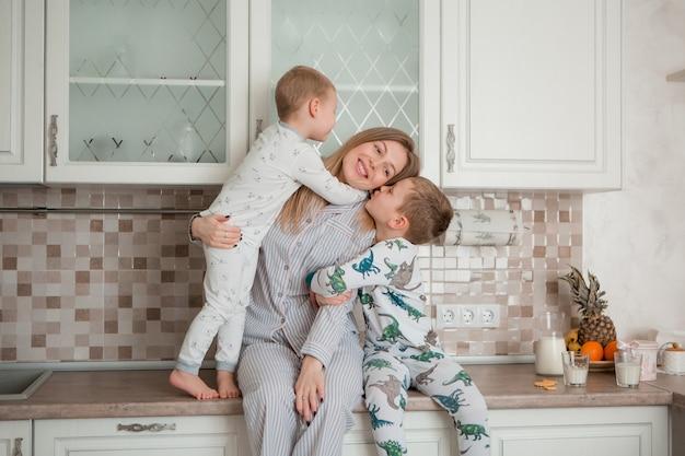 Madre con hijos en la cocina