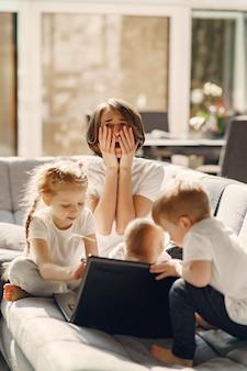 Madre con hijos se queda en casa en cuarentena