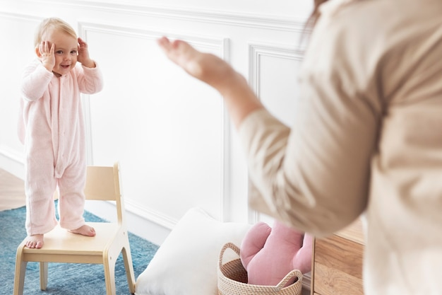 Madre jugando al escondite con su niña