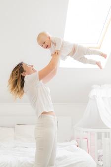 Madre jugando con niño en casa