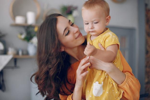 Madre jugando con pequeña hija en casa