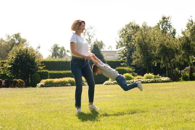 Madre jugando con su hijo en el parque