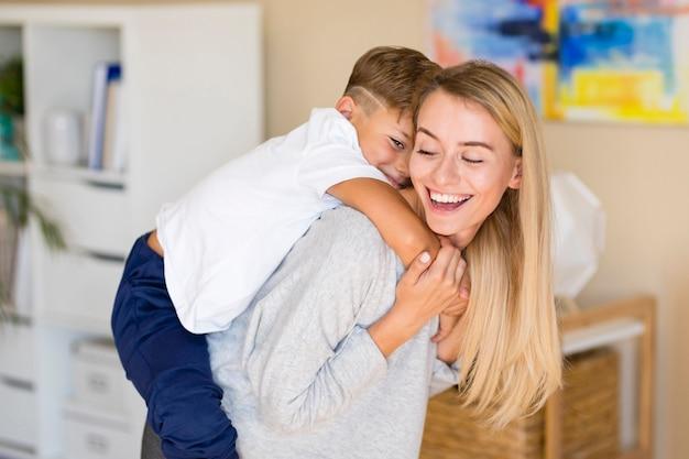 Madre jugando con su hijo en la sala de estar