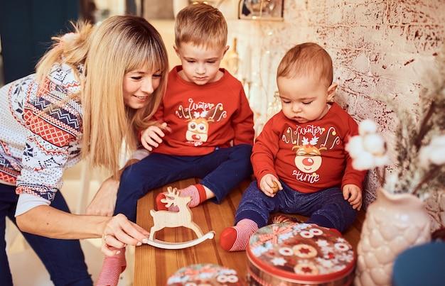 La madre está jugando con sus hijos