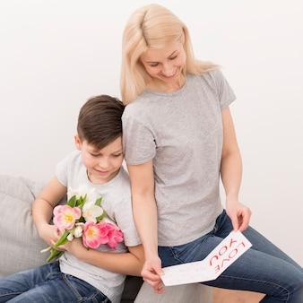 Madre leyendo tarjeta de hijo