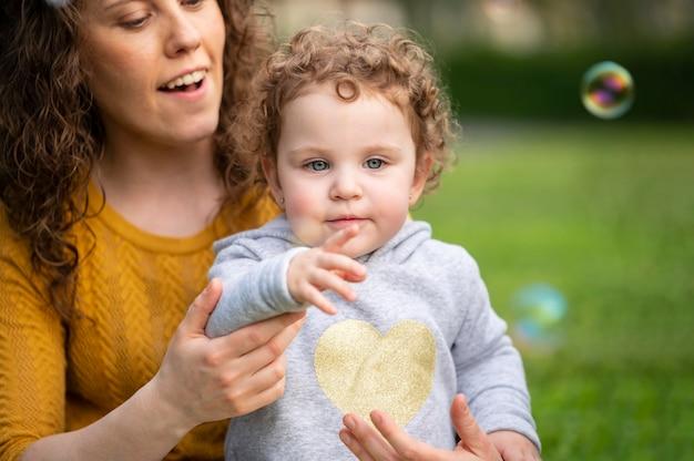 Madre lgbt al aire libre en el parque con su hijo
