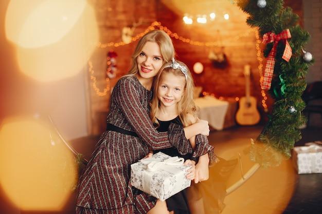 Madre con linda hija en casa