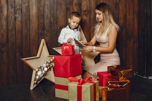 Madre con lindo hijo celebrando la navidad
