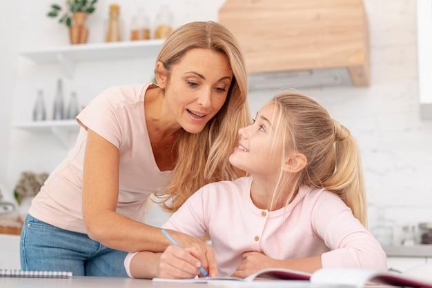 Madre mirando la tarea de la hija