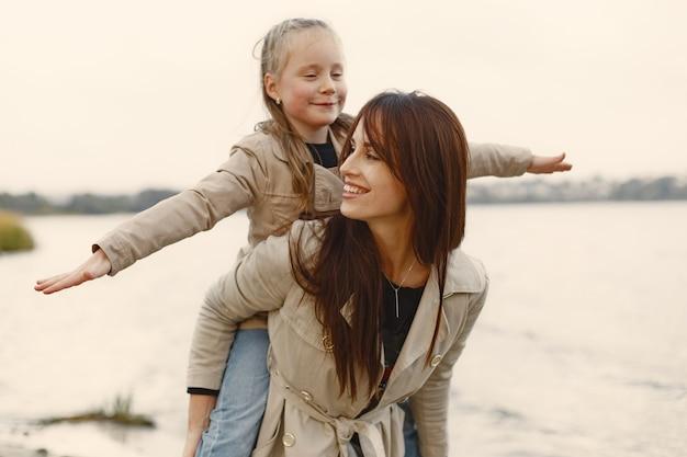 Madre de moda con hija. la gente camina afuera