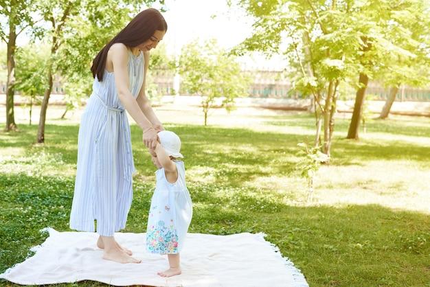 Madre y una niña en el parque.