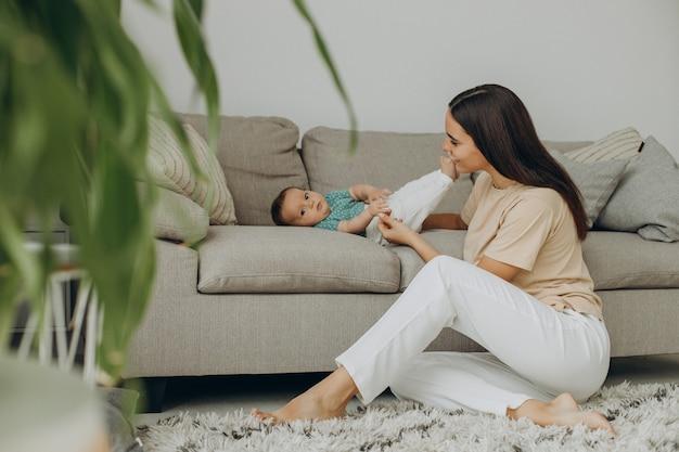Madre con niña en el sofá en casa
