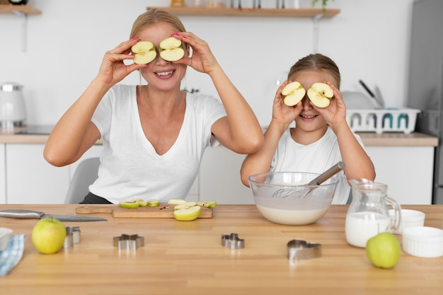 Madre y niña, tenencia, manzanas, tiro medio