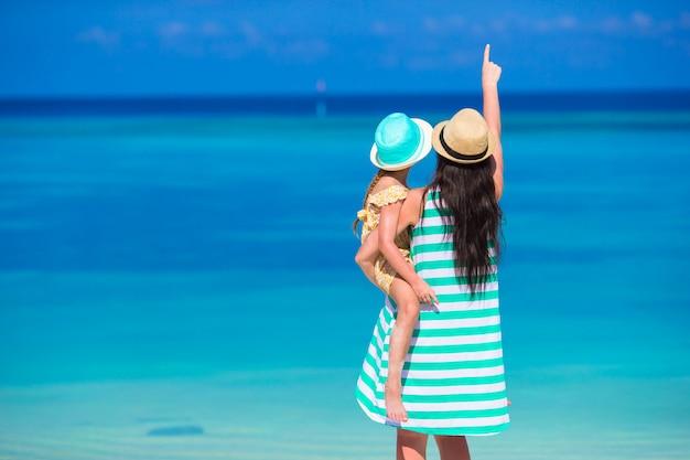 Madre y niña durante vacaciones tropicales