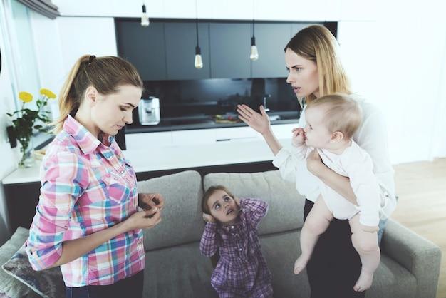 Madre y niñera tienen conflicto en la sala de estar