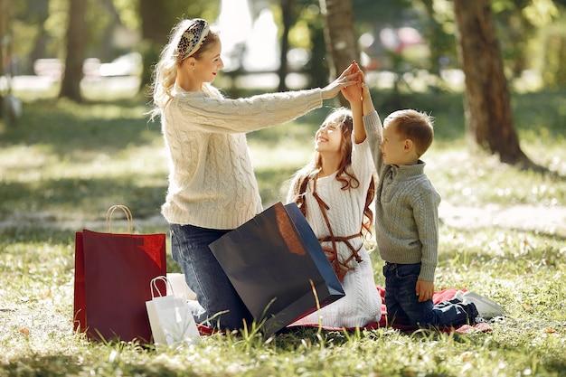 Madre con niño con bolsa de compras en una ciudad