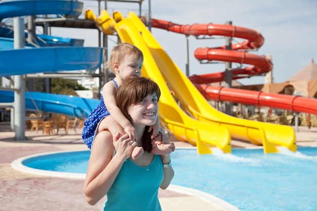 Madre con el niño en el parque acuático