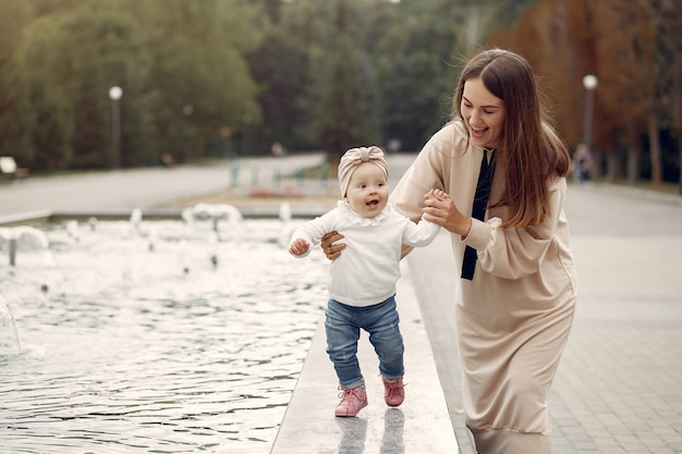 Madre con niño pequeño pasar tiempo en un parque