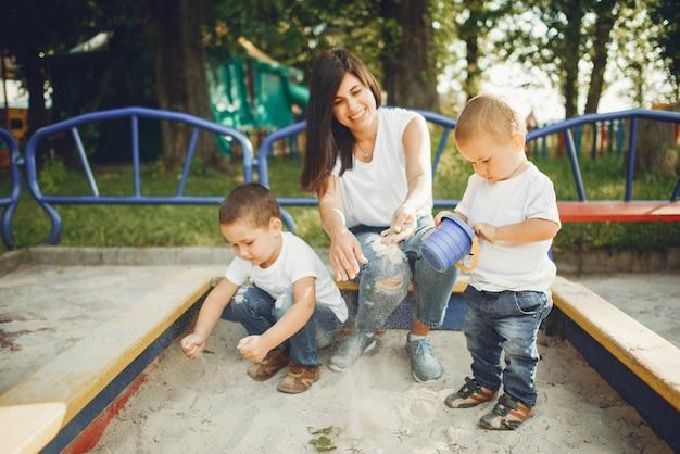 Madre con niño pequeño en un patio de recreo
