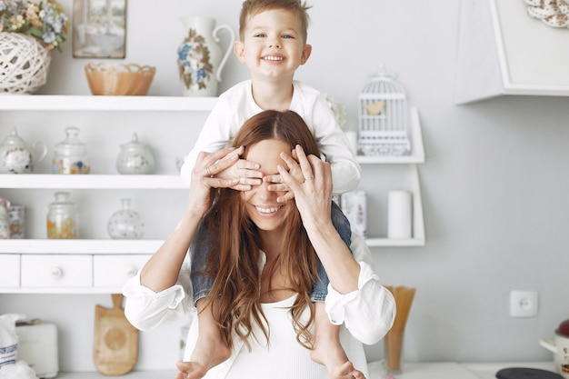 Madre con niños pequeños divirtiéndose en casa