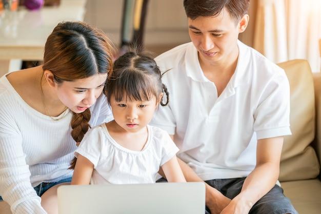 Madre y padre ayudando a su hija en la tarea