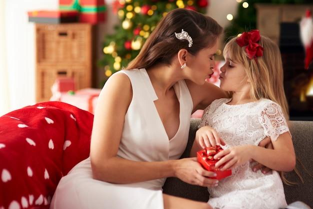 Madre pasando un tiempo invaluable con su hija