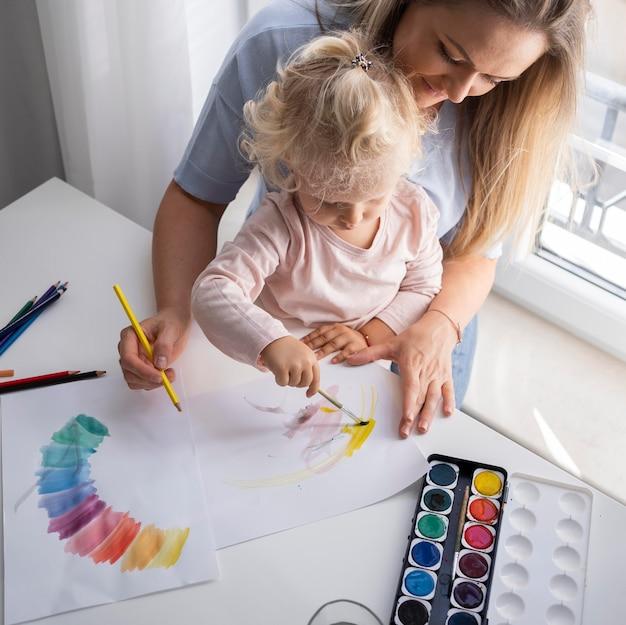 Madre, pintura, con, niño, en casa
