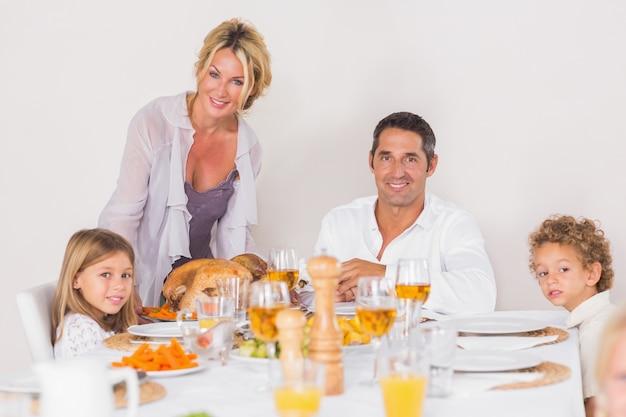 Madre poniendo un pavo sobre la mesa