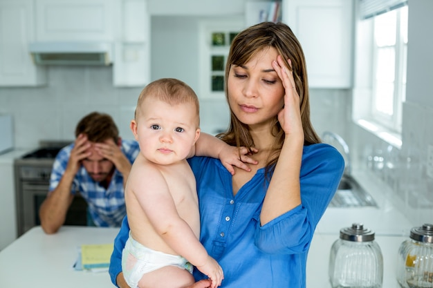Madre preocupada con bebé en casa