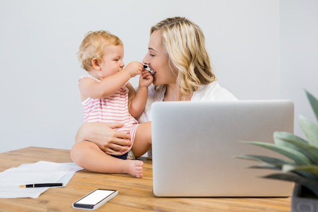 Madre que juega con su bebé