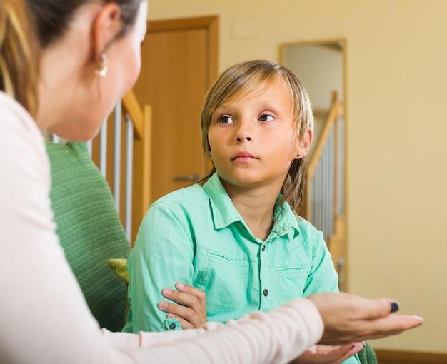 Madre regañando hijo adolescente