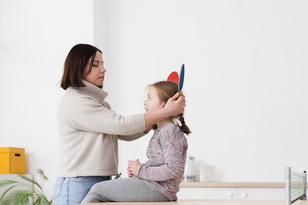 Madre siendo juguetona con hija