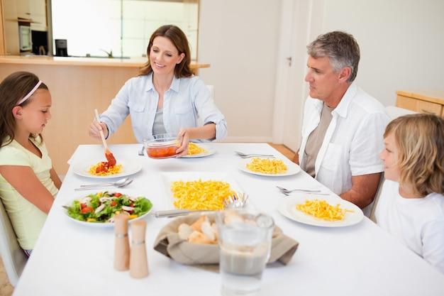Madre sirviendo la cena a la familia