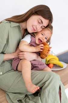 Madre sonriente, abrazar, niña