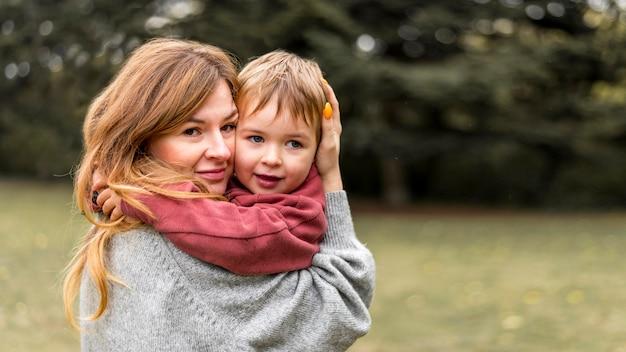 Madre sonriente con hijo pequeño