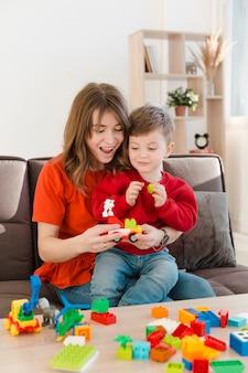 Madre sonriente jugando con su hijo