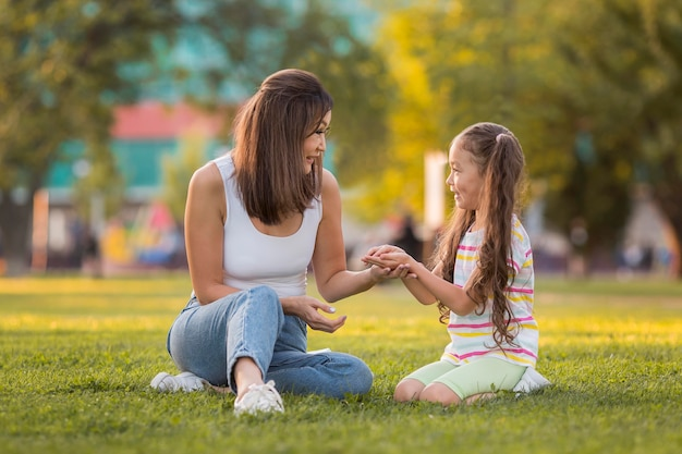 Madre sosteniendo las manos de su hija