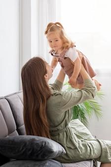 Madre sosteniendo a su hija